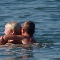Бабушка с внуком по морю плывет! :: Наталья