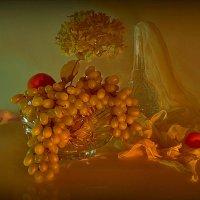 Виноград и зеленый цветок :: Наталия Лыкова
