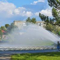 Прогулка у фонтана :: юрий Амосов