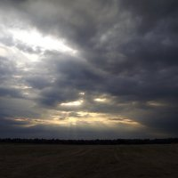 Лучи солнца сквозь тучи :: Ольга Мореходова