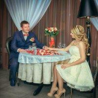 Ты застоликом напротив, ты сидишь в пол оборота... :: Tatsiana Latushko