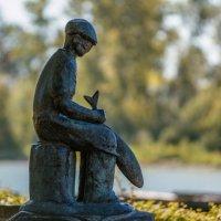Рыбак-японец всё шкерит и шкерит рыбу, поглядывая в даль :: Владимир Gorbunov