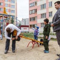 На обустройстве детской площадки :: Павел Белоус