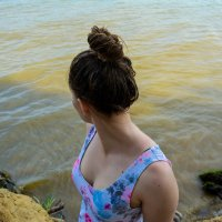 Ксюша на отдыху смотрит на воду :: Света Кондрашова