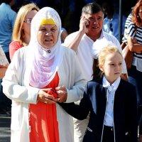 Бабуля с внучкой :: Асылбек Айманов