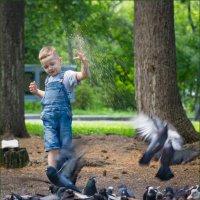 Мальчик кормящий голубей :: Олег Карташов