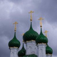 Купола церкви на фоне пасмурного неба :: Сергей Тагиров