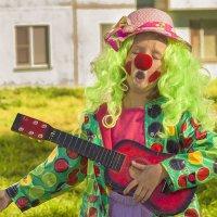 Милая, ты услышь меня! Под окном стою я с гитарою... :: Елена Баландина