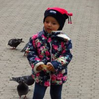 Если не дети, кто бы кормил птичек? :: Андрей Лукьянов