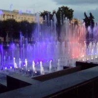 Фонтаны с подсветкой около Финлянского вокзала. (Санкт-Петербург). :: Светлана Калмыкова