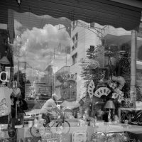 В отражения витрин можно долго все рассматривать. :: Оля Богданович