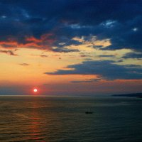Над морем короток закат ... :: Евгений Юрков