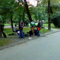 Уличный ансамбль исполняющий песни легендарного Виктора Цоя. :: Светлана Калмыкова