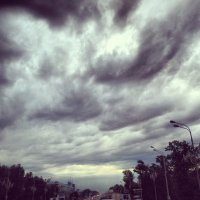 тяжелое утренне небо :: petrovpetrg
