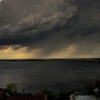 полосовой дождь над Волгой :: Андрей ЕВСЕЕВ