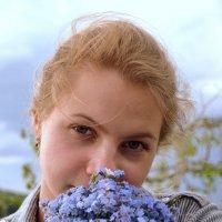 девушка с букетом незабудок :: Лариса Корсакова