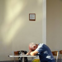 Спящий в кафе :: Татьяна Рудовская