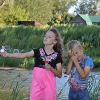 Дети и мыльные пузыри :: Алексей http://fotokto.ru/id148151Морозов