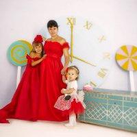 Три леди в красном :: Светлана Мизик