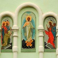 """Роспись """"Воскресение Христово"""" на восточном крыльце церкви. :: Александр Качалин"""