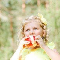 девочка с яблоком :: Yana Odintsova