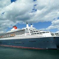 """Океанский лайнер """"Queen Mary 2"""" в порту г. Галифакс (Канада) :: Юрий Поляков"""