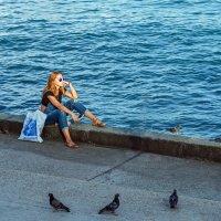 Вечерние мечты над морем в компании голубей :: Юрий Яловенко