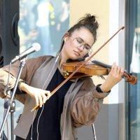 скрипачка на улице :: Александр Шурпаков