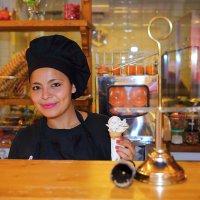 продавщица мороженого (Пальма-де-Майорка) :: ALEX KHAZAN