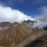 Прямо  на глазах, посреди чистого неба, над ущельем образуются  облака... :: Anna Gornostayeva