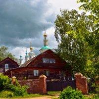 Дом при сельской церкви :: Юрий