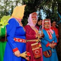 Стоят девченки, стоят в сторонке... :: Виктор Шведин