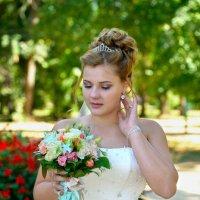 Александра. Невеста смотрит на букет.. :: Раскосов Николай