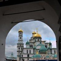 Вид на Воскресенский собор через арку Надвратной церкви Входа Господня :: АЛЕКСАНДР СУВОРОВ