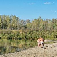 Романтическое свидание на берегу реки в конце сентября :: Дмитрий Конев