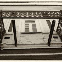 Кто стоял на этом балконе два века назад? :: Елена Миронова