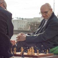 Шахматный клуб на плотинке :: Руслан