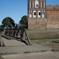 Деревянный мостик у Мирского замка. :: Nonna
