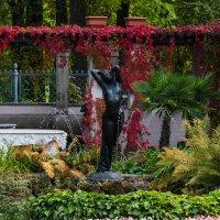 Сад Фермерского дворца.Статуя Ночь :: Денис Матвеев