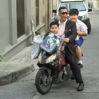 Таиланд. Бангкок. Трое на байке :: Владимир Шибинский