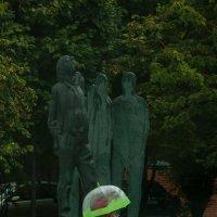 В Москве дождь. На Бродского капает. Ну а что ему - он же памятник. :: Alexander Petrukhin