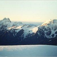 Слева на фото вершины Ушба и Чатын со склонов Эльбруса. :: Lmark