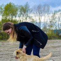 Ксюша и собака на пляже :: Света Кондрашова