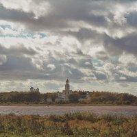 Молятся монахи в стенах монастыря... :: Олег Фролов