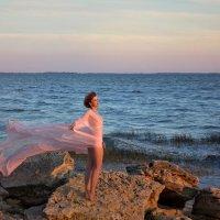 Вдыхая свежесть ветра, Под лёгкий шум волны, :: Райская птица Бородина