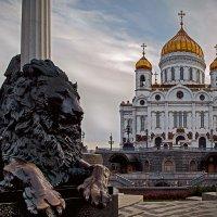 Под охраной.... Храм Христа Спасителя :: Viacheslav Birukov