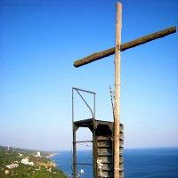 Кипарисовый крест на скале Ифигения. Кастрополь. Крым. :: Руслан Newman