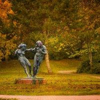 Весёленькая скульптура в нашем парке) :: Татьяна Каримова