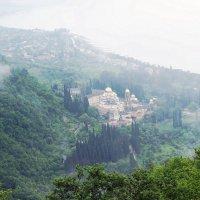 Вид на Новоафонский монастырь с вершины Иверской горы :: Елена Павлова (Смолова)
