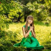 Девочка в летнем лесу солнечным днем :: Ольга Невская